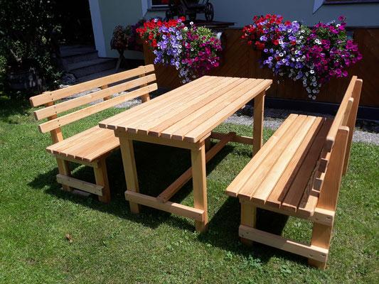 """Gartengarnitur """"Modell 5"""" - bestehend aus 1 Tisch und 2 Bänke. Maße: L 150 x B 70 x H 74 cm."""