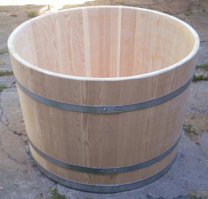 Wasserbottich aus Lärchenholz, natur, mit verzinkten Eisenreifen. Maße: H 75 x D 100 cm.