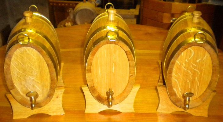 2 Liter Marketenderfässer oval mit Messing-Auslaufhahn und Messing-Reifen.