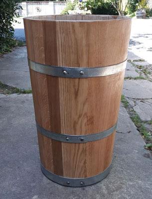 Wasserbottich aus Eichenholz, lackiert, mit verzinkten Eisenreifen. Maße: H 70 x D 40 cm.