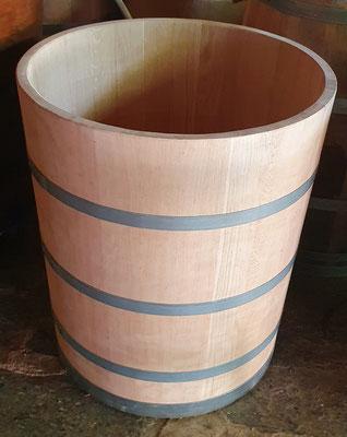Wasserbottich aus Eichenholz, natur, mit verzinkten Eisenreifen. Maße: H 80 x D 70 cm.