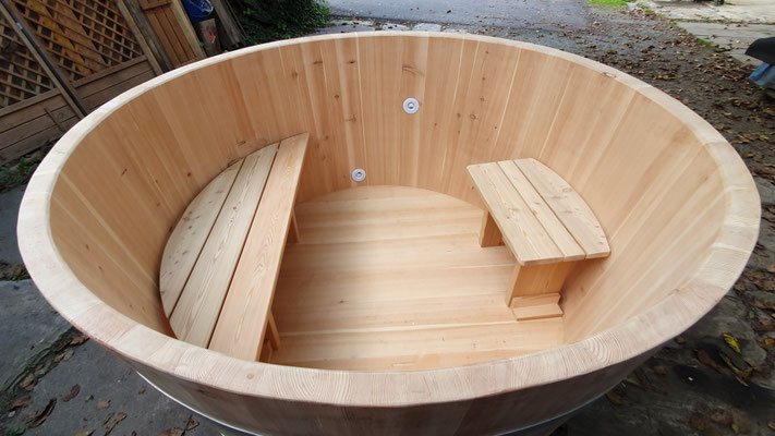 Badebottich aus Lärchenholz mit Sitzbänke, Getränkehalter, Ansaug- und Einlaufdüse, Deckel und Unterleg-Bretter/Leisten