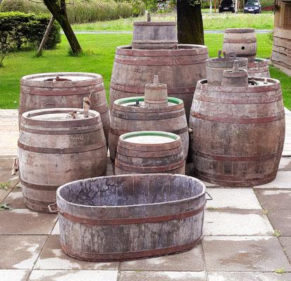 Alte/Gebrauchte Holzfässer in verschiedenen Arten und Größen.