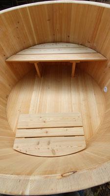 Badebottich aus Lärchenholz mit Sitzbänke, Flaschenhalter, Ansaug- und Einlaufdüse, Deckel und Unterleger. - Maße: Höhe 95 cm, Durchmesser 185 cm