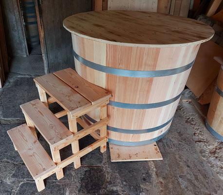 Badebottich aus Lärchenholz mit Sitzbank, Einstiegstreppe und zweiteiligem Deckel. - Maße: Höhe 90 cm, Durchmesser 110 cm.