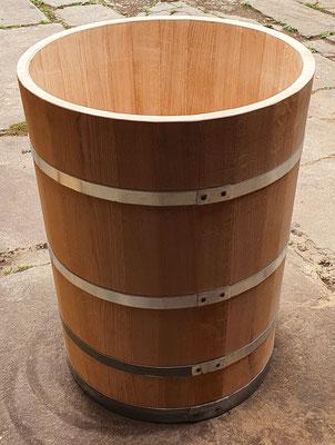 Wasserbottich aus Eichenholz, geölt, mit verzinkten Eisenreifen. Maße: H 90 x D 70 cm.