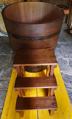 Oval Badebottich/Holzbadewanne aus Lärchenholz (in Farbe gebeizt) mit Sitzbänke, Flaschenhalter, Deckel, Einstiegstreppe und Unterleger. - Maße: Länge 160 cm, Breite 100 cm, Höhe 90 cm