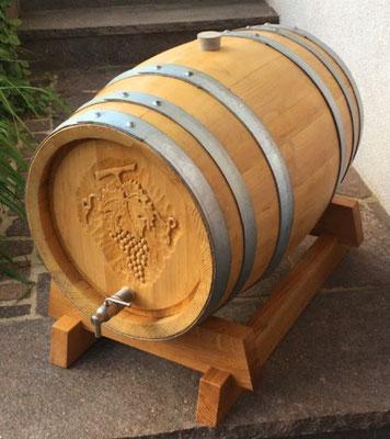 56 Liter Eichenfass mit Edelstahl-Auslaufhahn und geschnitzter Gravur.