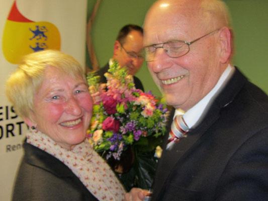 Kreispräsident Lutz Clefsen bedankt sich bei Gitta Polzin für 30 Jahre Vorstandsarbeit