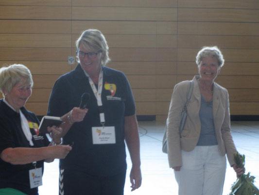 Gitta Polzin, ehemalige Beauftragte für Senioren, und Karin Beye, Beauftragte für Senioren, mit Anke Göttsch, stellv. Bürgervorsteherin