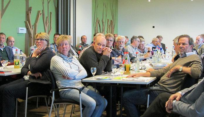 Die Delegierten verfolgen die Vorträge aufmerksam