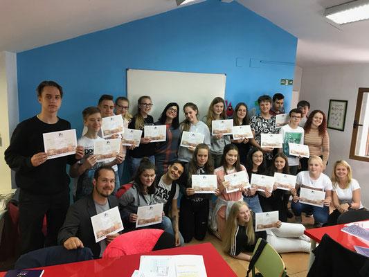 Urkundenverleihung nach erfolgreicher Teilnahme an dem dreistündigen Sprachkurs am Vormittag