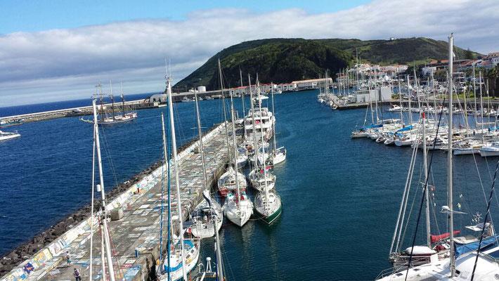 Mole mit Yachten und  Booten, Azoren