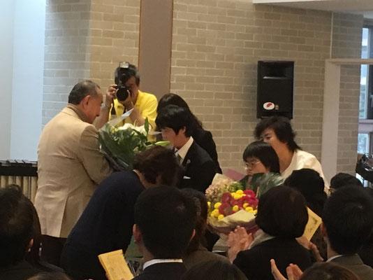 三嶋様と奥様へ花束贈呈