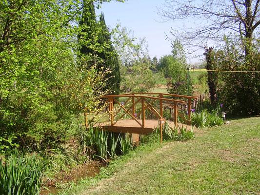 Le ruisseau et son petit pont de bois