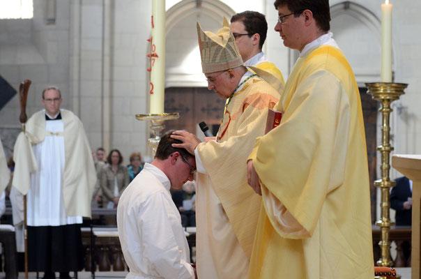 Handauflegung: In Stille legt Bischof Genn Niklas Belting die Hände auf.