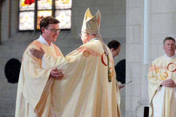 Umarmung: Zum Abschluss der Weiheliturgie umarmt der Bischof den Neugeweihten.