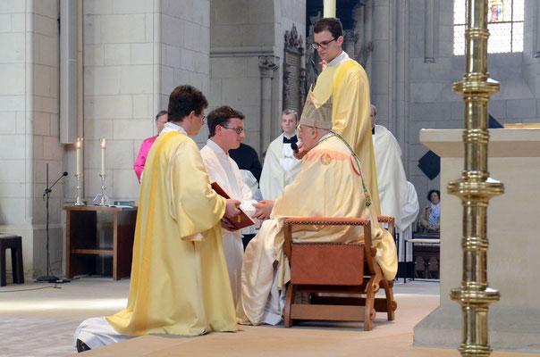 Niklas Belting kniet vor dem Bischof