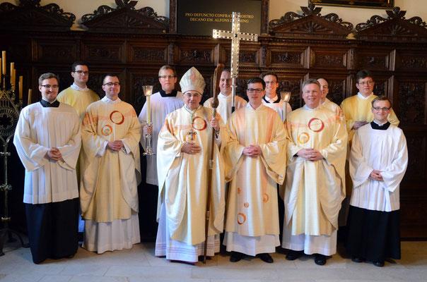Gruppenfoto: Niklas Belting (27) mit Bischof Genn und an der Liturgie Beteiligten.