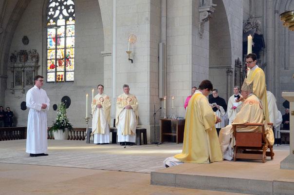 Niklas Belting stellt sich den bischöflichen Fragen zur Bereitschaft, sich zum Diakon weihen zu lassen.