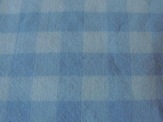 Hellblau-weiß kariert