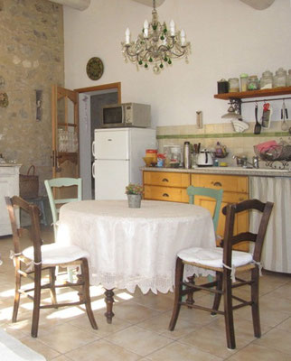 Les Olivettes - Ansicht der Küchenzeile und Durchgang zum Schlafzimmer