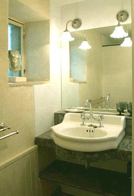 Zéa - das kleine Bad (Dusche)  mit Fenster
