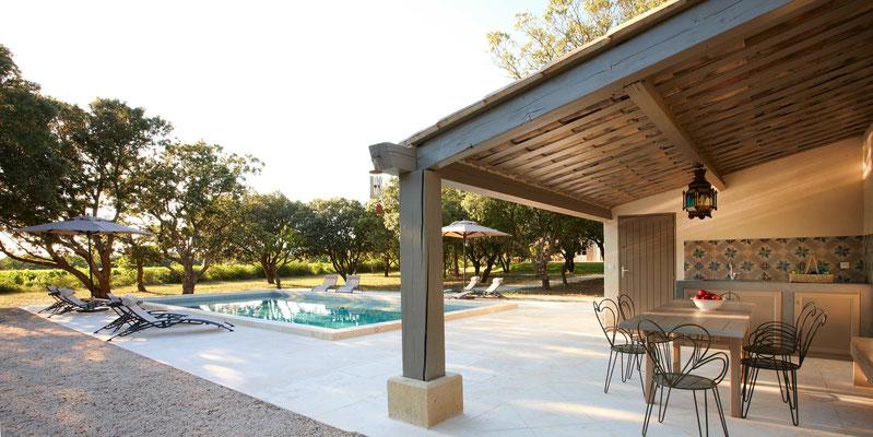Mas de Chêanie - Poolbereich mit Abendsonne, das Haus liegt erkennbar in der Mitte des Fotos