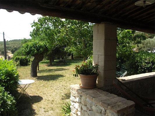 Les Peyrières - Blick über den Garten / die Wiese in Richtung Einfahrt