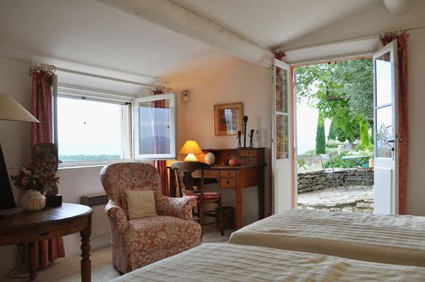 Rosa Haus - das gemütliche Wohnschlafzimmer mit kleinem Schreibplatz und zwei Einzelbetten