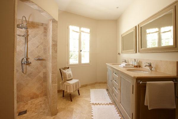 Mas de Chênaie - das größere der beiden Bäder, Waschtisch, Dusche, WC