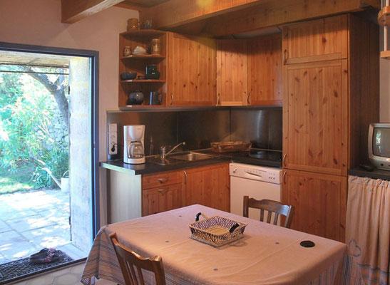 Coin Secret - die Küche im EG mit Ausgang zur Terrasse