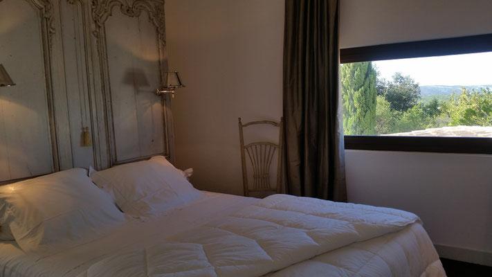 Mas de Louise - Schlafzimmer mit Bad neben dem Wohnzimmer