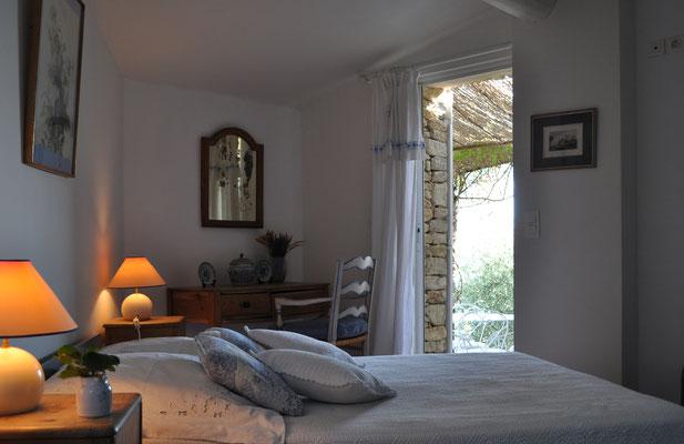 Petite Beauté - das Schlafzimmer mit Ausgang zur Terrasse mit Aussicht und Morgensonne ...