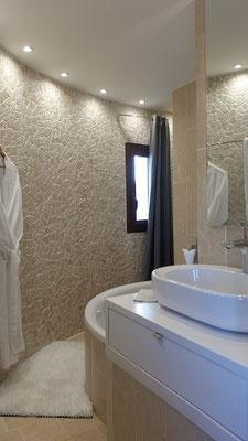 Mas de Louise - Bad zum Schlafzimmer neben dem Wohnzimmer