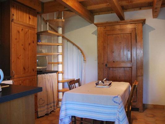 Coin Secret - die Küche mit Wendeltreppe zum Schlafzimmer und Bad/WC