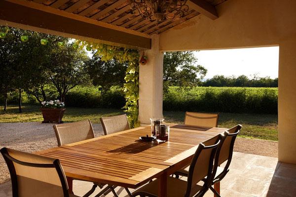 Mas Chênaie - der einladende überdachte Platz neben der Küche in schönem Licht