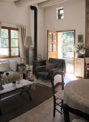 Les Olivettes - Ansicht des Wohnraums mit Eingangstüre
