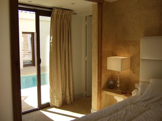 Mas de Louise - Schlafzimmer mit Zugang zum Patio - große Schiebetüre zwischen Flur und Raum