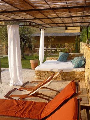 Rose - Liegeplätze am Pool und Essplatz unter der Pergola im Hintergrund