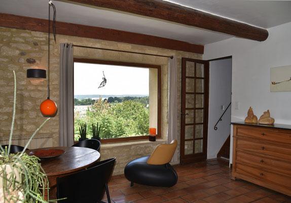 Wohnzimmer mit Panoramafenster und Aufgang in den 1. Stock