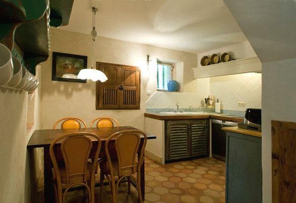 Zéa - Küchenansicht mit Esstisch
