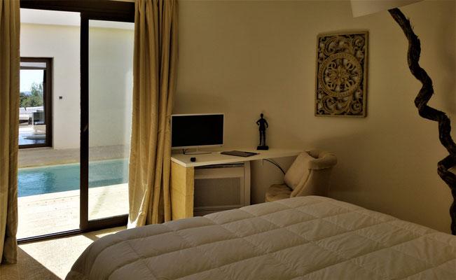 Mas de Louise - Schlafzimmer mit direktem Ausgang zum Patio