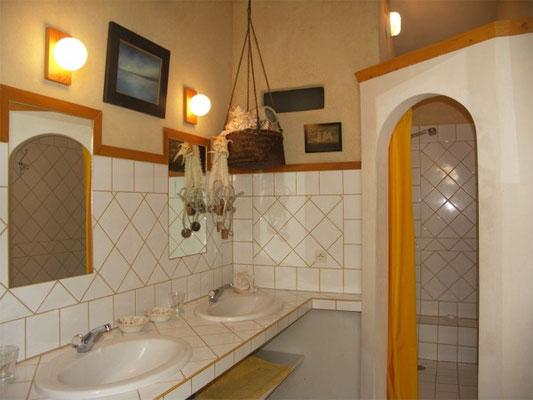 Les Peyrières - Bad mit Dusche und Doppelwaschtisch