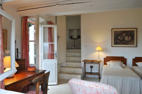 Rosa Haus - einige Stufen führen in eine provisorisch ausgestattete Küche