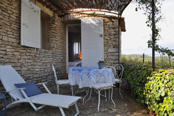 Petite Beauté - Sonnenterrasse mit Aussicht in die Landschaft der Provence