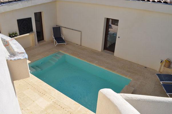 Mas de Louise - Patio mit Pool mit Türe zum Wohnraum rechts