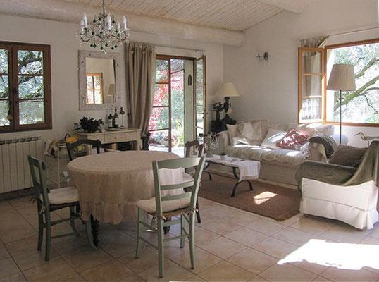 Les Olivettes - der helle Wohnraum mit Esstisch und Ausgang zur zweiten Terrasse