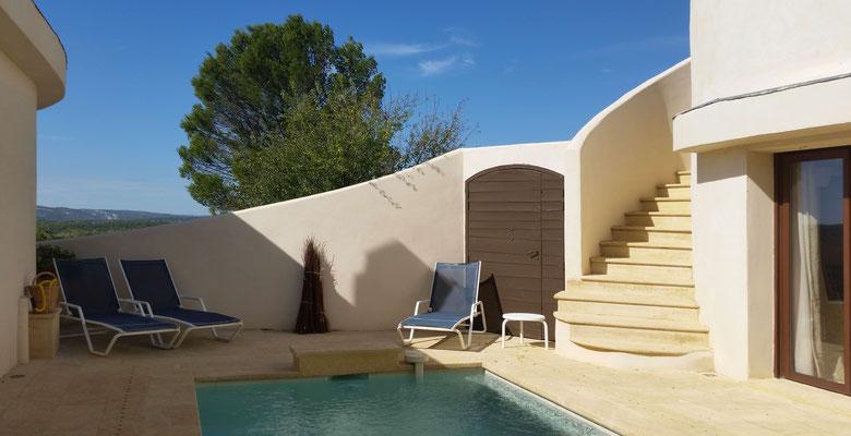 Mas de Louise - Patio mit Pool / Gegenstromanlage und Aussicht bis zur Gorge du Gardon
