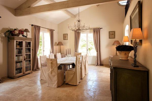 Mas de Chênaie - der helle Essbereich nahe zur offenen Küche